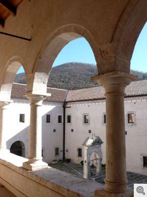 Foto del chiostro cinquecentesco del vicino santuario di san Matteo